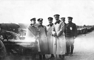 Д-р Недю Бояджиев (трети отляво) с офицери по време на Балканската война. Снимката се разпространява като пощенска картичка заради внушителната гледка на от подредените на заден план топове.