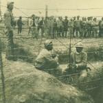 Лагерът на българските пленници край Солун, охраняван от сенегалски войници, 1919 г.