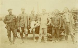 """Дрипави български пленници работят на гарата """"Руф"""" /Инженерни казарми/ в Атина, ноември 1919 г."""