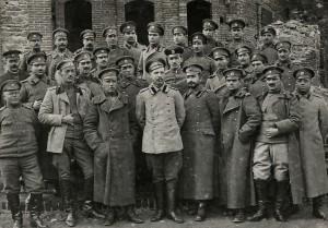 """Офицери от 12-ти пехотен Балкански полк в пленническия лагер """"Гросети"""" (Лерин), Коледа, януари 1919 г."""