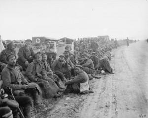 Британски пехотинци охраняват български войници, пленени по време на англо-френската атака на Дойран , август 1916 г.